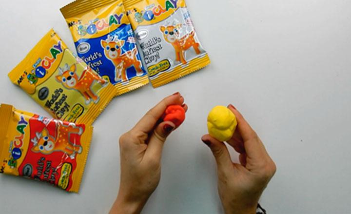 crea el color naranja con arcill polimérica del kit para hacer manualidades