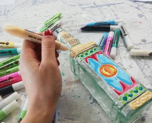adulto pintando con pintura para cristal Glas Deco portada
